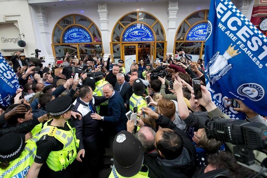 Ranieri se ha convertido en el nuevo ídolo de los seguidores del Leicester. (Foto Prensa Libre:AFP)