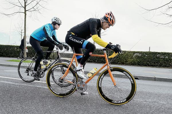 John Kerry, secretario de Estado de EE. UU., se fractura el fémur en accidente de bicicleta en Francia.