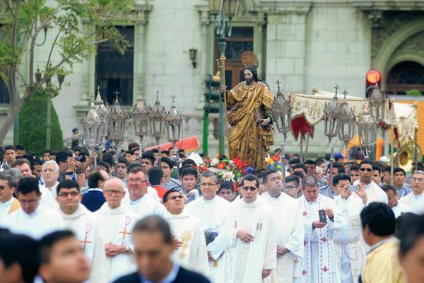 La imagen de Santiago Apóstol, patrono de Catedral Metropolitana fue llevado en procesión desde el templo Santa Rosa, hasta el templo catedralicio, en donde se celebró un Te Deum. Foto Prensa Libre: Edwin Bercián.