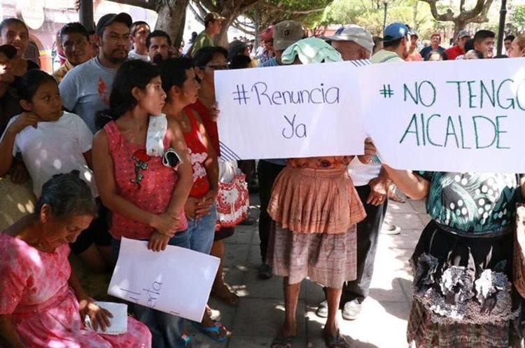Unas 250 personas se concentraron frente a la municipalidad de Patulul para exigir la renuncia del alcalde. (Foto Prensa Libre: Cristian Icó)