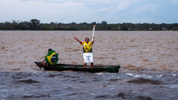 Antes de llegar a Río, la antorcha pasará por 300 ciudades brasileñas.  (AFP)