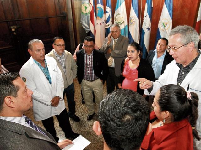 Varios directores de hospitales conversan entre sí y con representantes del Colegio de Médicos, en el Congreso de la República. (Foto Prensa Libre: Estuardo Paredes)