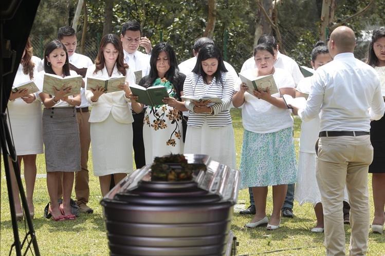 Un coro rinde honores póstumos a la comunicadora Marilin Palacios. (Foto Prensa Libre: Érick Ávila)