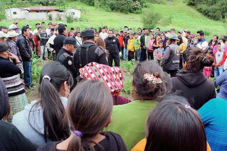 Curiosos observan el cadáver de un recién nacido encontrado en Santa Lucía Utatlán, Sololá. (Foto Prensa Libre: Ángel Jualjuj)