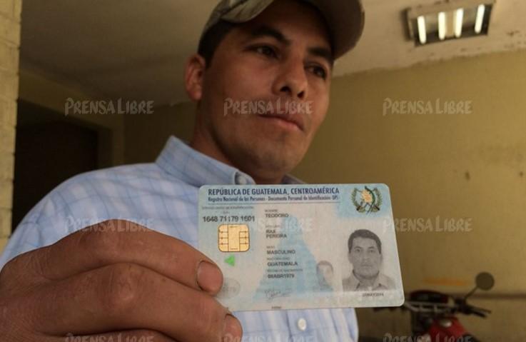 Teodoro Rax Pereira muestra su DPI. (Foto Prensa Libre: Eduardo Sam)