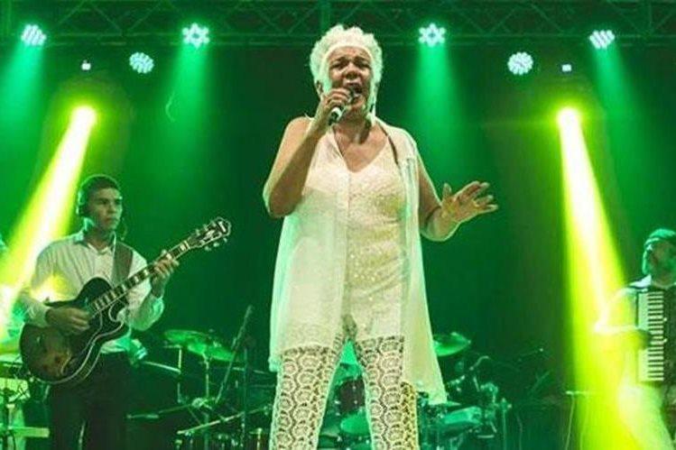La cantante brasileña Loalwa Braz murió a los 63 años. (Foto Prensa Libre: Facebook de Loalwa Braz)