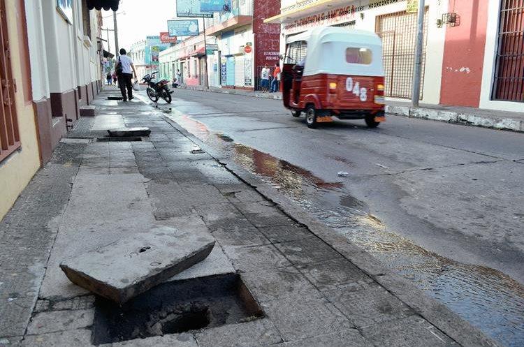 Gran cantidad de agua se desperdicia en la zona 1 de Retalhuleu, debido al robo de medidores. (Foto Prensa Libre: Jorge Tizol)