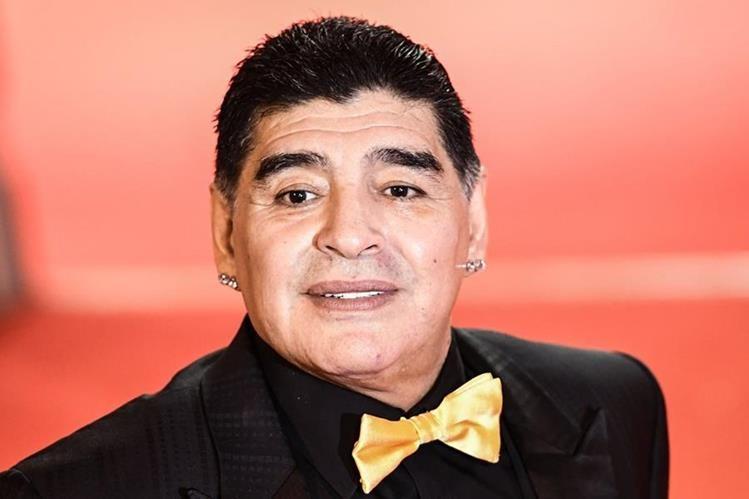 El astro argentino Diego Maradona y su corbatín fueron de lo más comentado de la ceremonia (Foto Prensa Libre: AFP).