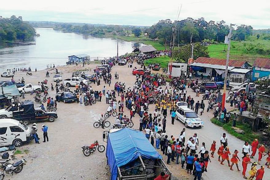 Pobladores temen por sus condiciones de vida luego de la contaminación de su principal abastecimiento de agua. (Foto Prensa Libre: Hemeroteca PL)