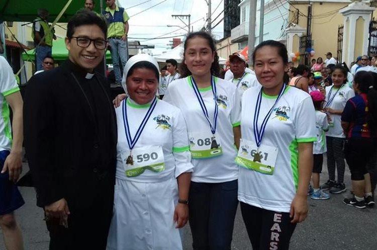 La religiosa junto al párroco Lester García y dos competidoras. (Foto Prensa Libre: Cortesía).