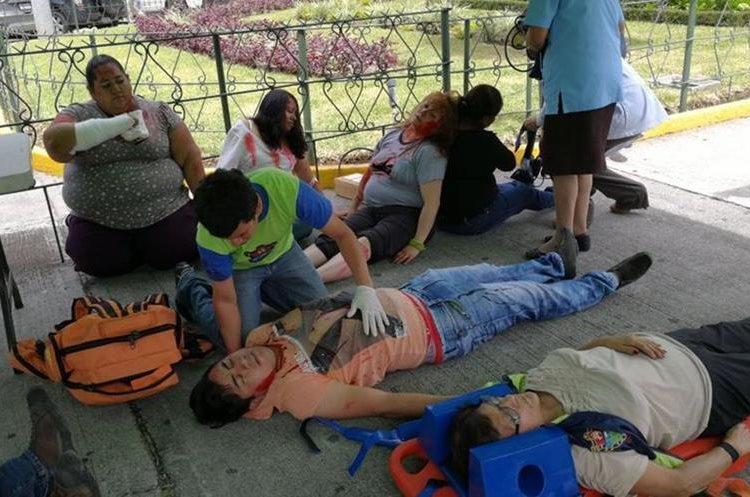 Algunos de los que simularon estar heridos durante la actividad