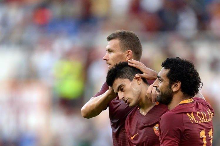 El argentino Peroti (centro) consiguió un doblete en el triunfo de la Roma. (Foto Prensa Libre: AFP)
