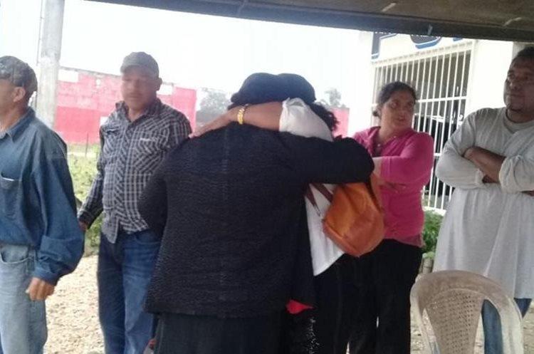 Los parientes de la pareja asesinada en La Libertada, Petén, no dan crédito de lo ocurrido.(Foto Prensa Libre: Rigoberto Escobar)