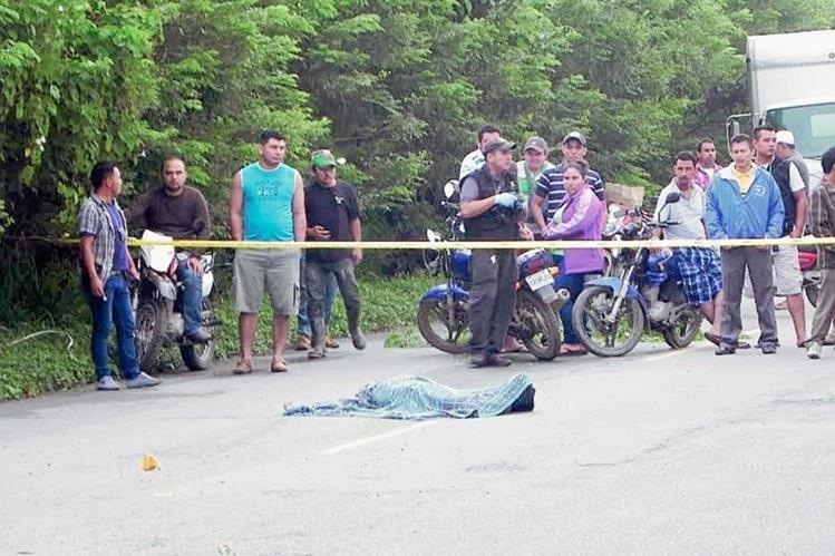 Curiosos observan el cadáver de uno de los dos hombres que murieron baleados en Los Amates. (Foto Prensa Libre: Edwin Perdomo)