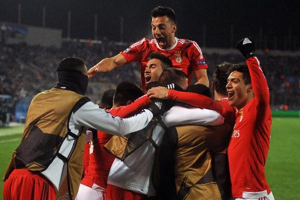 Los jugadores del Benfica celebra la clasificación a los cuartos de final de la Champions. (Foto Prensa Libre: AFP).
