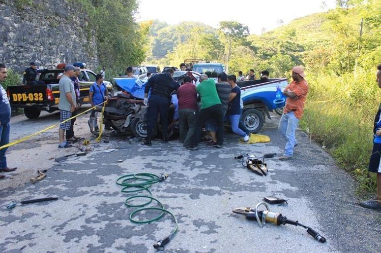 Socorristas y vecinos rescatan el cadáver de Héctor Yaxcal que quedó atrapado en el vehículo. (Foto Prensa Libre: Walfredo Obando)