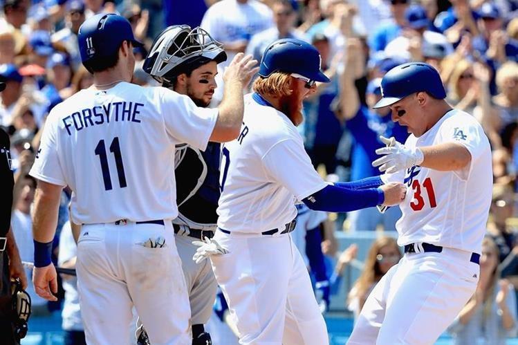 Los Dodgers de Los Angeles celebraron la victoria este lunes frente a Los Padres de San Diego. (Foto Prensa Libre: AFP)