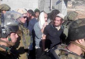 <em>Los servicios de seguridad israelíes anunciaron haber detenido este lunes al jefe de un grupo judío extremista, Meir Ettinger (camisa azul). (Foto Prensa Libre: Internet).</em>