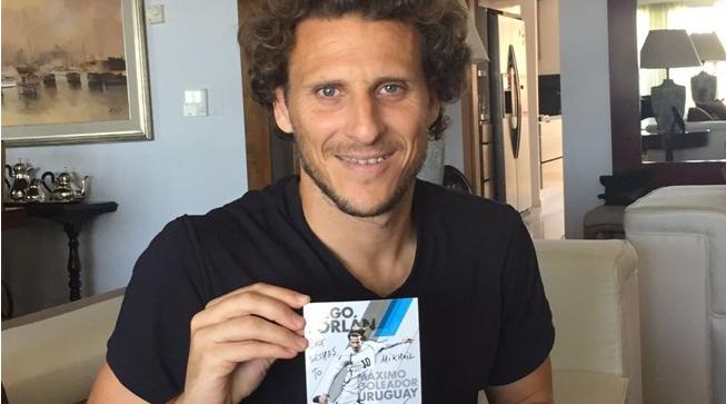 Diego Forlán se unió a la actividad creada por la Fifa. (Foto Prensa Libre: Fifa)