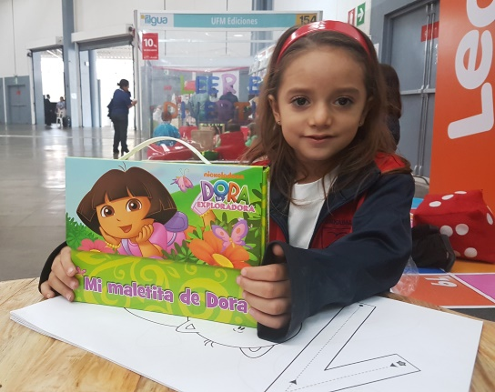 A la pequeña de cinco años le llamó la atención el libro infantil de la niña exploradora Dora. (Foto Prensa Libre: Sandra Vi)