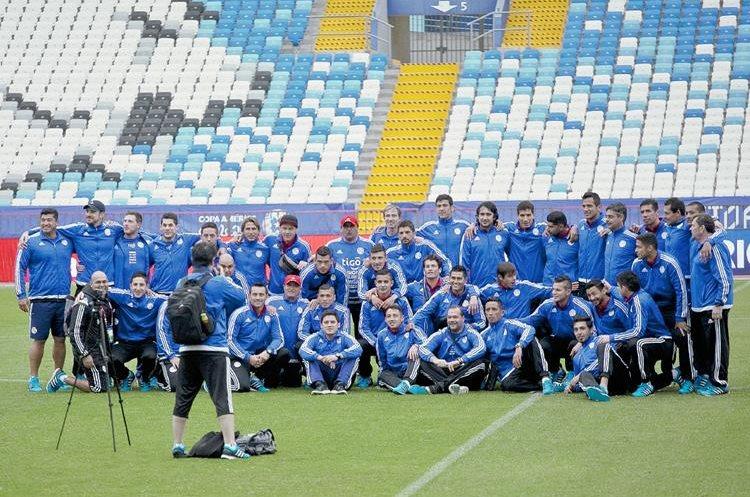 La selección de Paraguay realizó ayer el respectivo reconocimiento de cancha.  (Foto Prensa Libre: AFP)