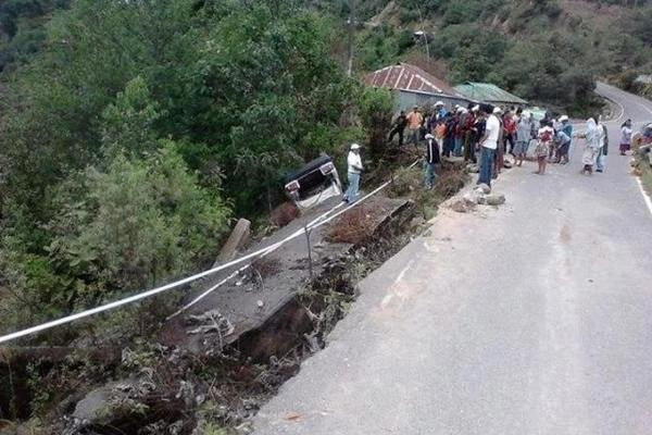 <p>Pobladores observan hundimiento en ruta de Tectitán, Huehuetenango, a Tacaná, San Marcos. (Foto Prensa Libre: Mike Castillo) <br></p>
