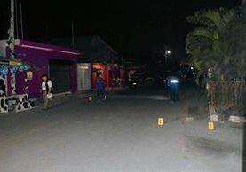 Fiscales del MP examinan lugar del ataque, en Puerto San José, Escuintla. (Foto Enrique Paredes)