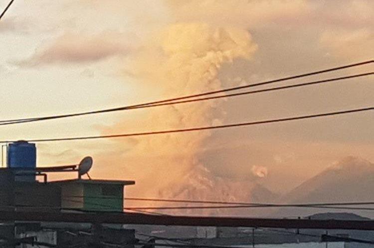 El humo y la ceniza expulsada por el Volcán de Fuego pintó de naranja el cielo de los guatemaltecos. (Foto Prensa Libre: Twitter Nery Castillo)