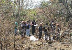 Cadáveres localizados en Villa Nueva estaban envueltos en sábanas blancas. (Foto Prensa Libre: Estuardo Paredes)