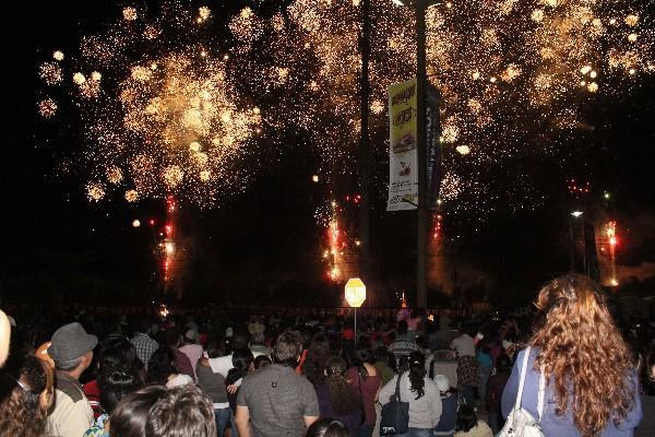 Cientos de personas de Chiquimula y otros departamentos observan espectáculo de luces.