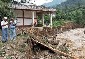 Familias de San Sebastián Huehuetenango viven a orillas de ríos y temen que haya crecidas que socaven los cimientos. (Foto Prensa Libre: Mike Castillo)