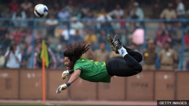 René Higuita patentó su jugada en el estadio Wembley en septiembre de 1995. (Foto Prensa Libre: BBC Mundo)
