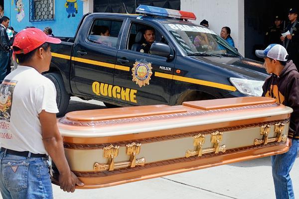 Cadáver es retirado de la morgue del Inacif de Santa Cruz del Quiché. (Foto Prensa Libre: Óscar Figueroa)
