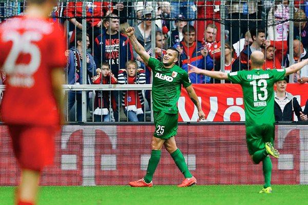 Raúl Bobadilla festeja luego de anotar el gol del triunfo del Augsburg frente al Bayern Múnich. (Foto Prensa Libre: AP)
