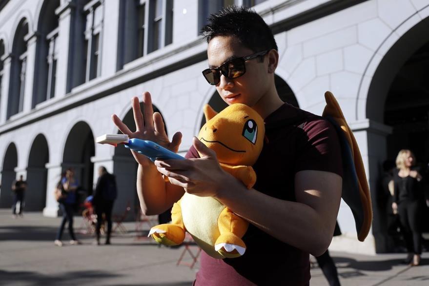 Una jugadora de Pokémon Go en San Francisco, California. (Foto Prensa Libre: AP).