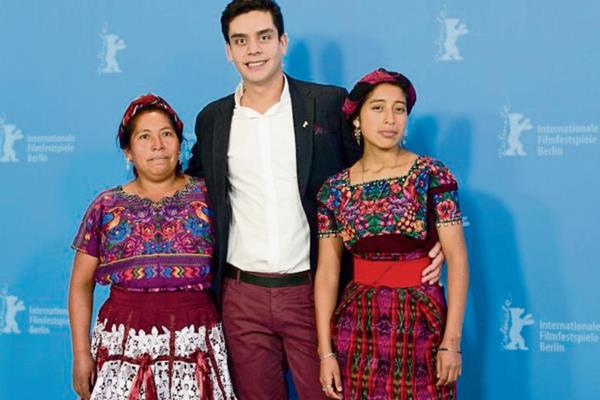 El cineasta guatemalteco Jayro Bustamante, con las actrices María Telón y María Mercedes Coroy, durante su participación en la Berlinale, en febrero último. (Foto Prensa Libre: Hemeroteca)
