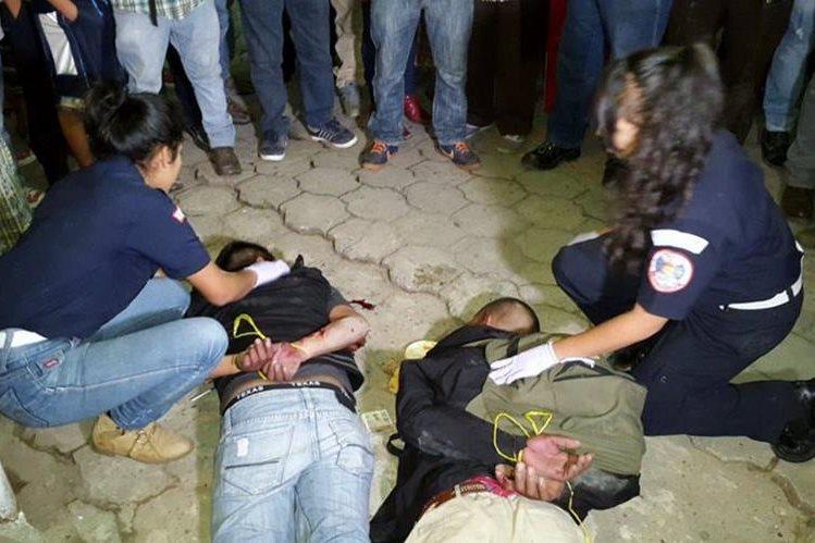 Bomberos Municipales Departamentales evaluaron a los vapuleados y los trasladaron al Hospital Regional de Quiché. (Foto Prensa Libre: Óscar Figueroa)