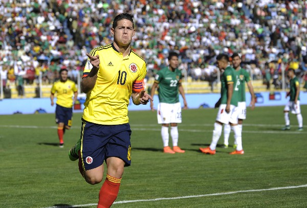 James Rodríguez celebra el primer gol en el triunfo contra Bolivia, duelo disputado en La Paz. (Foto Prensa Libre: AFP)