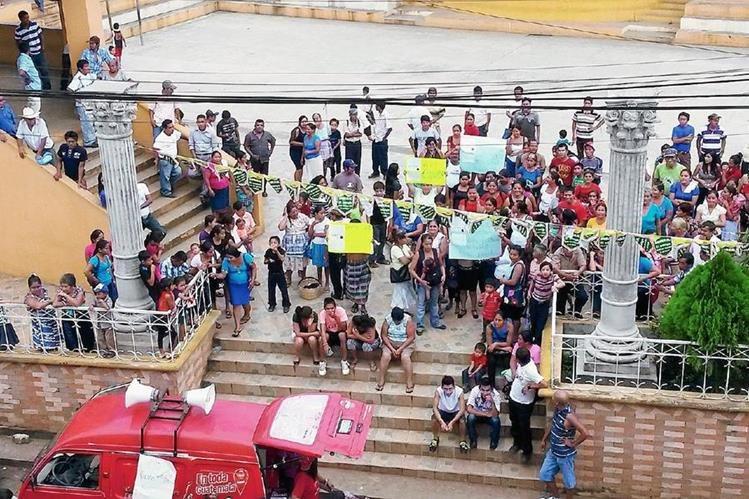 Pobladores de Génova, Quetzaltenango, solicitan al TSE que investigue a vecinos de otros municipios que han llegado a empadronado a este lugar, para evitar un fraude electoral. (Foto Prensa Libre: Alexánder Coyoy)