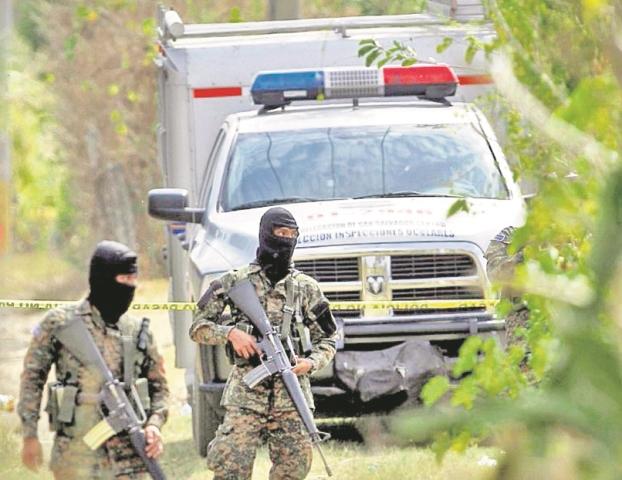 Militares salvadoreños vigilan la escena de un crimen de los miles que han ocurrido este año en El Salvador. (Foto Prensa Libre: Hemeroteca PL).
