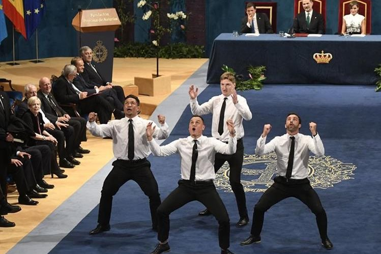 Los jugadores de los All Blacks, Keven Mealamu, Israel Dagg, Jordie Barrett y Conrad Smith bailan la haka. (Foto Prensa Libre: AFP)