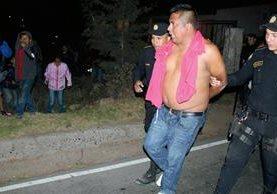Un hombre  fue aprehendido por la PNC después de que pobladores intentara  lincharlo en Santa Cruz del Quiché. (Foto Prensa Libre: Óscar Figueroa)