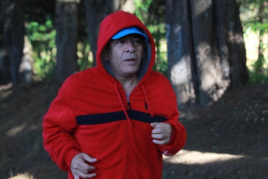 Como todos los días, Gálvez hizo su rutina de ejercicios en su colonia.(Foto Prensa Libre: Estuardo Paredes)