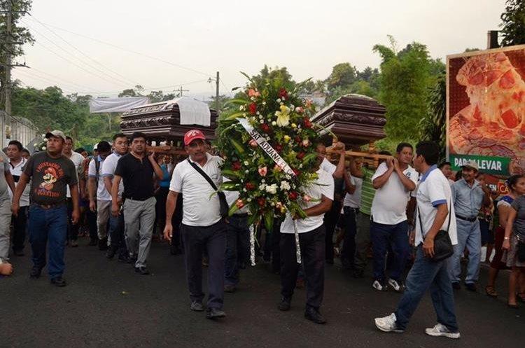 Decenas de personas acompañaron los restos de los hermanos en Luisiana, Malacatàn. (Foto Prensa Libre: Whitmer Barrera)