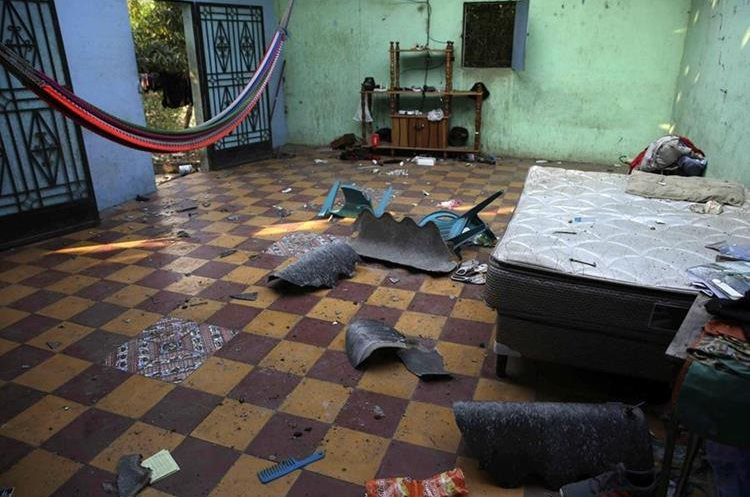 Vista general de los daños al interior de una vivienda por el enjambre sísmico  en Chirilagua, El Salvador.(EFE).