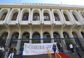 Ciudadanos exigen la renuncia de Blanca Stalling y la depuración en el OJ. (Foto Prensa Libre: Carlos Hernández)