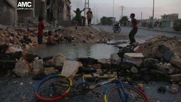 El cráter que se llenó de agua se formó luego de los bombardeos de la lucha entre las fuerzas del gobierno sirio y las de los rebeldes. ALEPPO MEDIA CENTRE