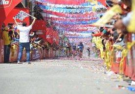 Alfredo Ajpacajá se consagró y Manuel Rodas sigue como líder de la Vuelta a Guatemala.