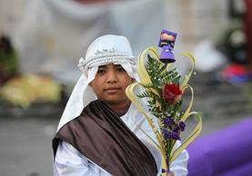 Un niño sostiene un ramo frente a la Catedral Metropolitana. (Foto Prensa Libre: Érick Ávila)