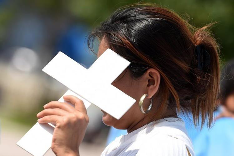 Una salvadoreña participa en una marcha reciente contra la violencia en ese país. (Foto Prensa Libre: AFP).